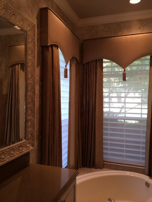 Home-Decor-Browndrapes_bath-design-by-Catherine-Kerr-600x800